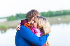 美好的年轻夫妇画象在拥抱在湖附近的爱的 免版税库存图片