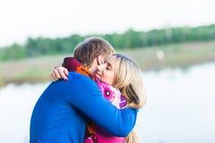 美好的年轻夫妇画象在拥抱在湖附近的爱的 库存照片
