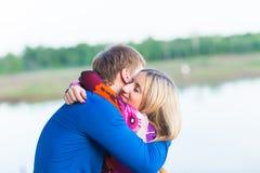 美好的年轻夫妇画象在拥抱在湖附近的爱的 图库摄影