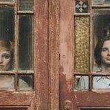 美好的年轻婚礼夫妇在老木房子附近站立 库存照片