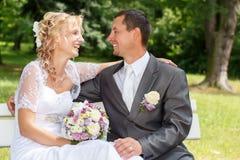 美好的年轻婚礼夫妇 免版税库存图片