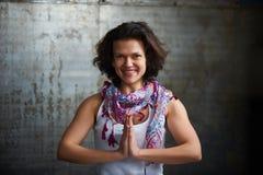 美好的35岁妇女实践瑜伽asana namaste姿势在葡萄酒样式屋子 免版税库存照片