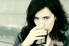 美好的35岁妇女饮用的咖啡 库存照片