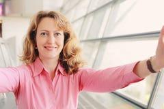美好的35岁妇女 免版税图库摄影