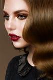 美好的黑暗的眼眉方式新鲜的魅力光泽发型轮廓色?嘴唇做构成模型纵向波浪妇女的浪漫性感的发光的皮肤 免版税库存图片