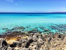 美好的晴朗的海滩天在福门特拉岛西班牙 库存图片