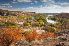 美好的晴朗的秋天天-在河的全景,颜色 库存图片
