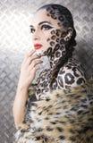 美好的年轻欧洲模型画象在猫构成和bodyart的 免版税库存图片