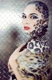 美好的年轻欧洲模型画象在猫构成和bodyart的 免版税图库摄影