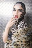 美好的年轻欧洲模型画象在猫构成和bodyart的 图库摄影