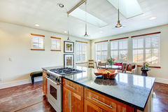 美好的轻的口气饭厅在一间现代厨房屋子 免版税库存照片