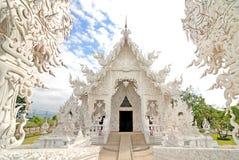 美好的建筑学白色寺庙在Chiangrai泰国 库存图片