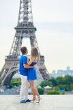 美好的年轻约会夫妇在巴黎 免版税图库摄影