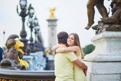美好的年轻约会夫妇在巴黎 库存照片