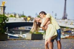 美好的年轻约会夫妇在巴黎 免版税库存照片