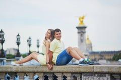 美好的年轻约会夫妇在巴黎 免版税库存图片