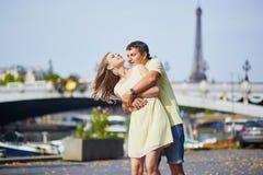 美好的年轻约会夫妇在巴黎 图库摄影