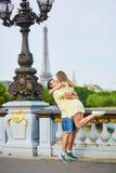 美好的年轻约会夫妇在巴黎 库存图片