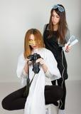 美好的年轻腿长的红发模型看在照相机,美发师的图片做发型 女孩玻璃二 库存图片