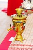 美好的黄色与花的被绘的俄国俄国式茶炊 图库摄影