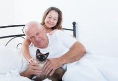 美好的年长夫妇在床上 库存图片