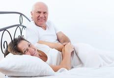 美好的年长夫妇在床上 免版税库存图片