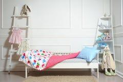 美好的children& x27; s床用不同的颜色 免版税库存图片
