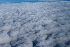 美好的cloudscape高在天空 免版税库存照片