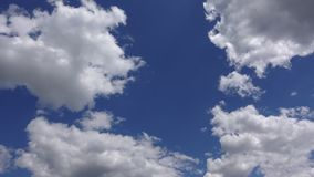 美好的cloudscape,Timelapse 4K 在天空蔚蓝的令人惊讶的白色云彩在阳光下 股票录像