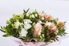 美好的florish花束构成的平的位置在白色背景的 库存照片