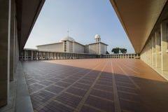 美好的Istiqlal清真寺风景在蓝天下 库存照片