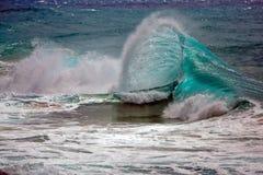 美好的shorebreak,碰撞的波浪 免版税库存图片