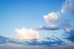 美好的skyscape晚上 蓬松白色和蓝色云彩高在一明亮的天空蔚蓝 透明的空气和好天气 库存图片