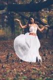美好的wiccan女孩跳舞在神秘的森林里 库存照片