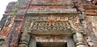 美好石雕刻被破坏的Preah Ko Wat在Roulos, Siem 库存图片