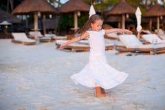 美好衣裳跳舞的可爱的小女孩 免版税库存照片