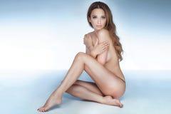 美好赤裸妇女摆在 免版税库存图片