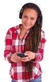 美好非裔美国人妇女发送在移动电话的sms 库存图片