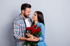 美好,愉快,正面夫妇拥抱,看对在地平线上方的其中每一 免版税库存图片