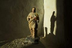 美好轻发光在耶稣雕象 图库摄影