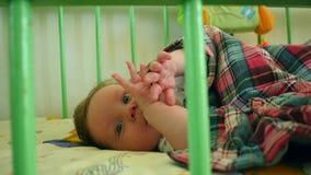 美好婴孩说谎醒在小儿床 股票视频