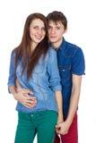 美好年轻微笑的夫妇拥抱 免版税库存照片