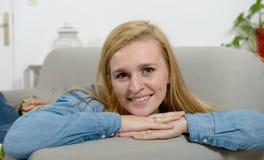 美好年轻白肤金发妇女放松 免版税图库摄影