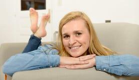 美好年轻白肤金发妇女放松 免版税库存照片