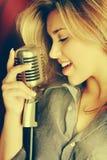 美好Womaning唱歌 免版税库存照片