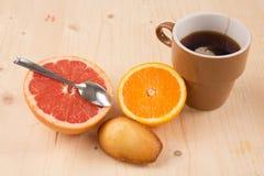美妙和非常甜早餐包括的茶,新鲜水果,蛋糕 免版税库存照片