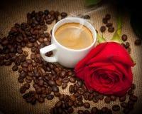 美妙咖啡杯热红色的玫瑰 免版税库存图片