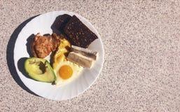 美妙地供应的早餐在一张大理石轻的桌上的早晨 早餐用法语 库存照片