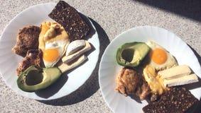 美妙地供应的早餐在一张大理石轻的桌上的早晨 早餐用法语 图库摄影