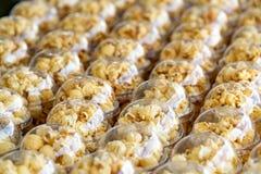 美妙地安置在塑料杯子的玉米花 不健康的食物或快餐概念 鲜美咸玉米花 碳水化合物食物 旧货 免版税库存照片